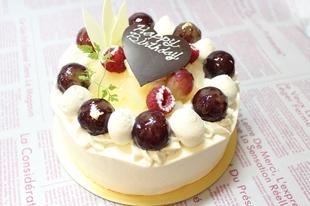 巨峰と洋ナシ(ル・レクチェ)のデコレーションケーキ